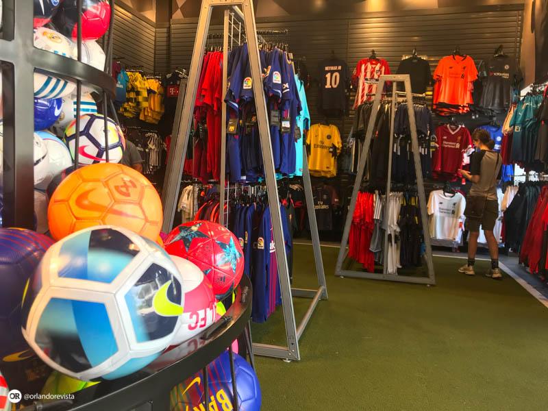 5ca472442 A Pelé Soccer vende artigos esportivos como camisetas de diferentes times  do mundo